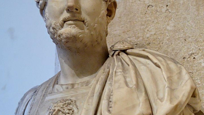 """הקיסר הַדְרִיָנוּס """"שְׁחִיק עֲצָמוֹת""""*"""